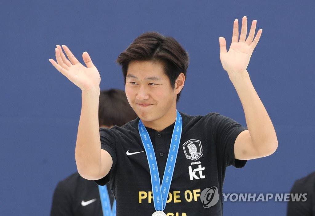 South Korean midfielder Lee Kang-in waves to the crowd during the welcome reception for the under-20 men's national football team following the FIFA U-20 World Cup at Seoul Plaza in Seoul on June 17, 2019. (Yonhap)
