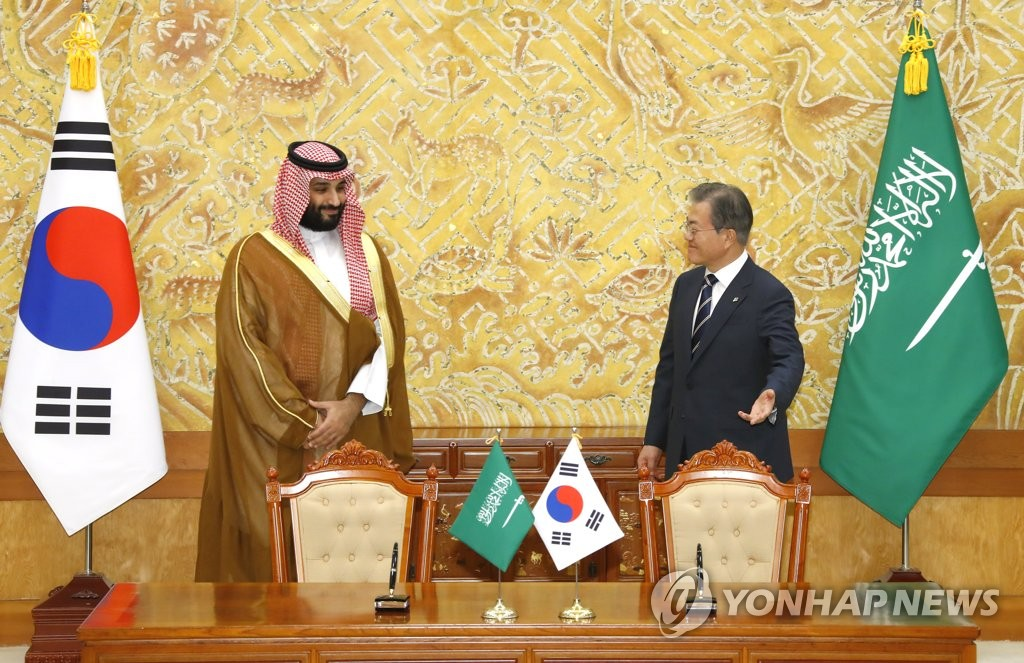 South Korean President Moon Jae-in talks with Crown Prince Mohammed bin Salman of Saudi Arabia at Cheong Wa Dae in Seoul on June 26, 2019. (Yonhap)