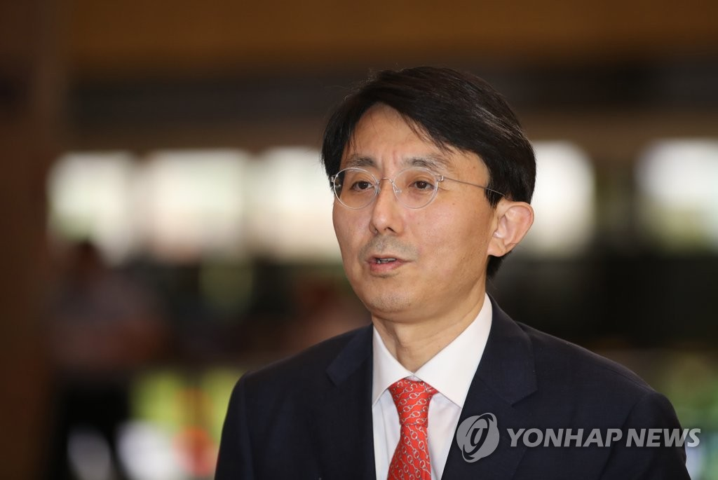 Kim Jung-han, director-general for Asian and Pacific affairs at South Korea's foreign ministry, arrives at Gimpo International Airport in western Seoul to depart for Japan on July 11, 2019. (Yonhap)