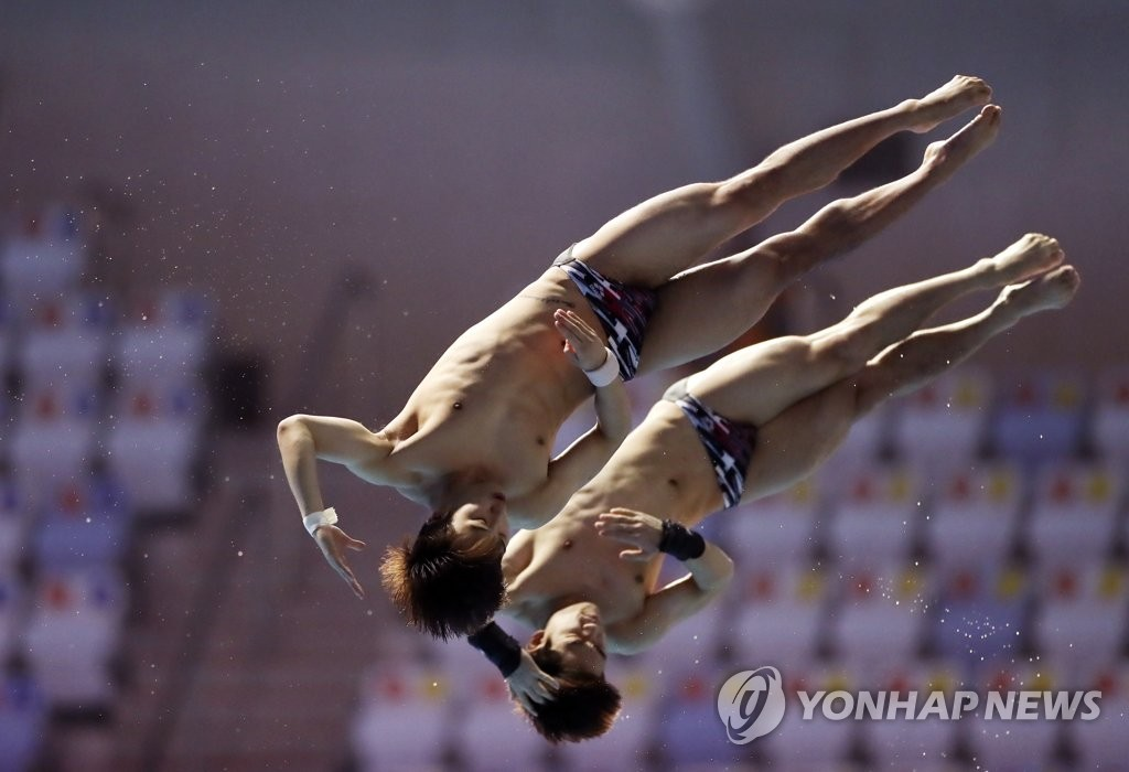 South Korean divers Woo Ha-ram (L) and Kim Yeong-nam compete in the final of the men's synchronized 10m platform at the FINA World Championships at Nambu University Municipal Aquatics Center in Gwangju, 330 kilometers south of Seoul, on July 15, 2019. (Yonhap)