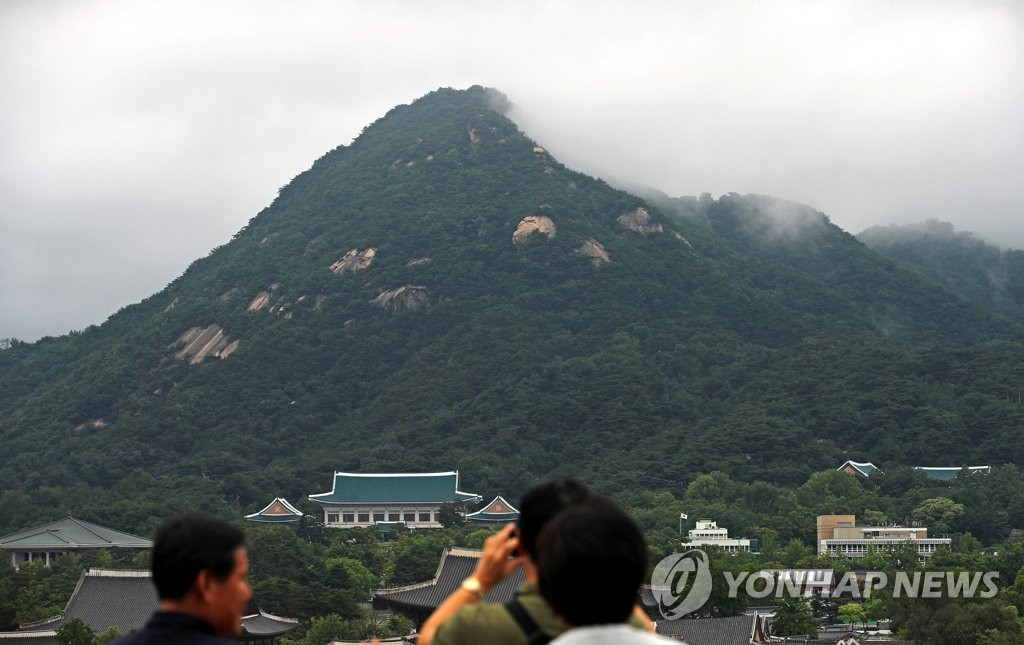A view of Mount Bukak behind Cheong Wa Dae in central Seoul in a file photo (Yonhap)