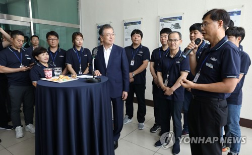 (2nd LD) Moon visits high-tech material maker amid trade fight with Japan