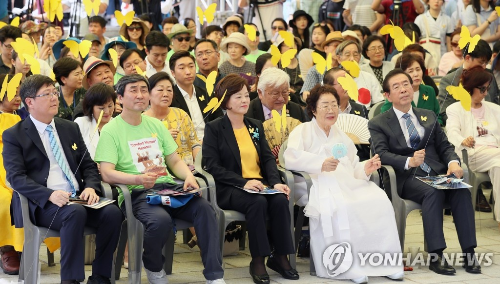Government officials and citizens of Seoul including Seoul Mayor Park Won-soon (1st from R) and Gender Minister Jin Sun-mee (3rd from R) attend an unveiling ceremony of a comfort women memorial statue held in Seoul on Aug. 14, 2019. (Yonhap)