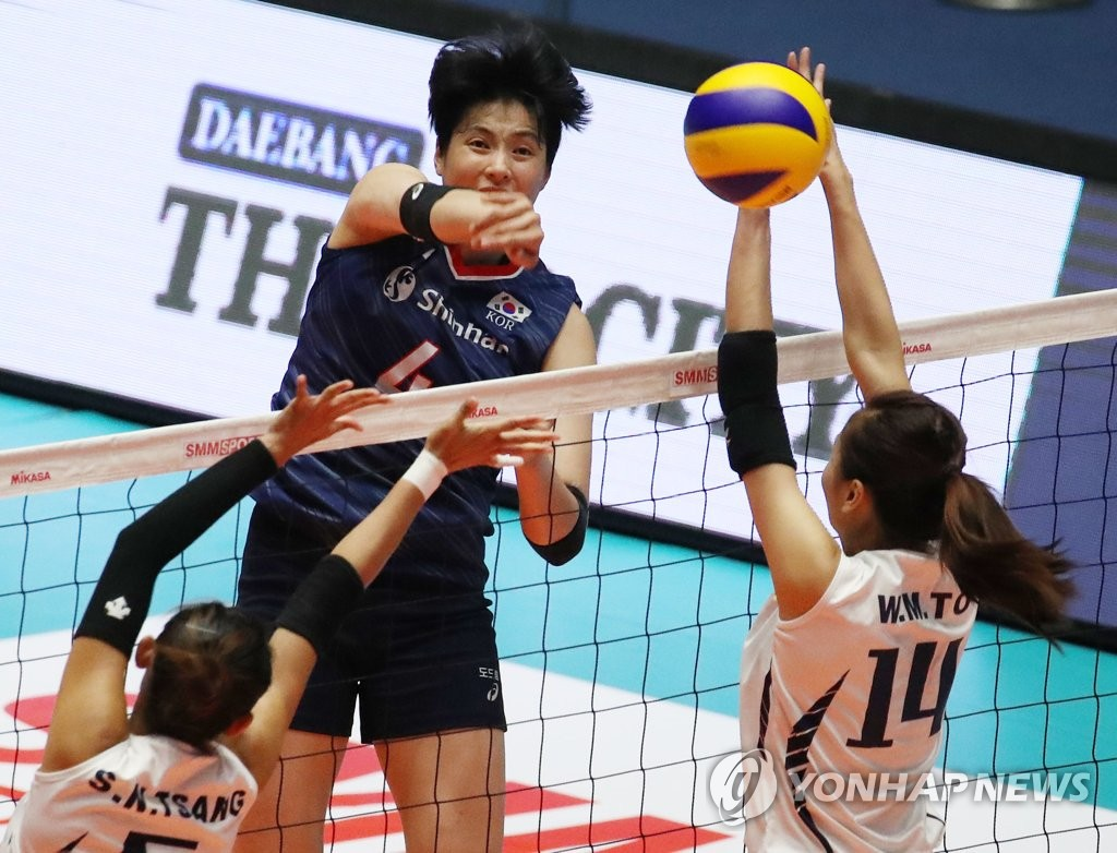 Kim Hee-jin of South Korea (C) hits a spike against Hong Kong during the teams' Pool A match at the Asian Women's Volleyball Championship at Jamsil Arena in Seoul on Aug. 19, 2019. (Yonhap)