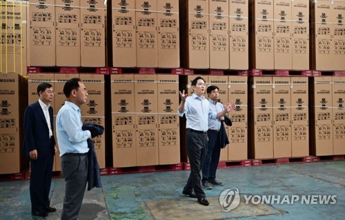 Samsung vice chairman visits home appliance factory