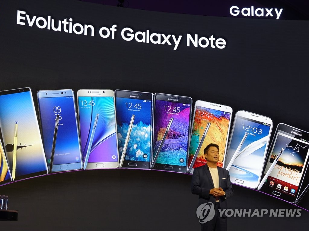 This photo taken on Aug. 20, 2019, shows a Samsung Electronics official explaining the company's Galaxy Note phablet products at an event in India. (Yonhap)