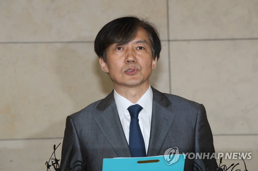 Justice Minister nominee Cho Kuk speaks to reporters on Aug. 23, 2019, about his plan to make a social donation with an equity fund and a private school foundation, both of which are implicated in corruption allegations involving his family. (Yonhap)