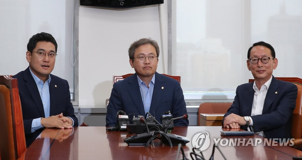 Chief lawmakers sitting on the parliamentary legislation and judiciary committee hold a meeting at the National Assembly on Aug. 26, 2019, to adjust the date of a confirmation hearing for justice minister nominee Cho Kuk, who faces a series of corruption allegations involving his family. (Yonhap)