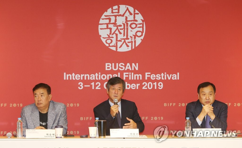 Lee Yong-kwan (C), the chairman of the Busan International Film Festival (BIFF), speaks at a press conference for the 2019 edition of the festival in the southeastern coastal city of Busan on Sept. 4, 2019. He is flanked by Jay Jeon (R), the festival director, and Tcha Sung-jai, co-director of the Asian Film Market. (Yonhap)