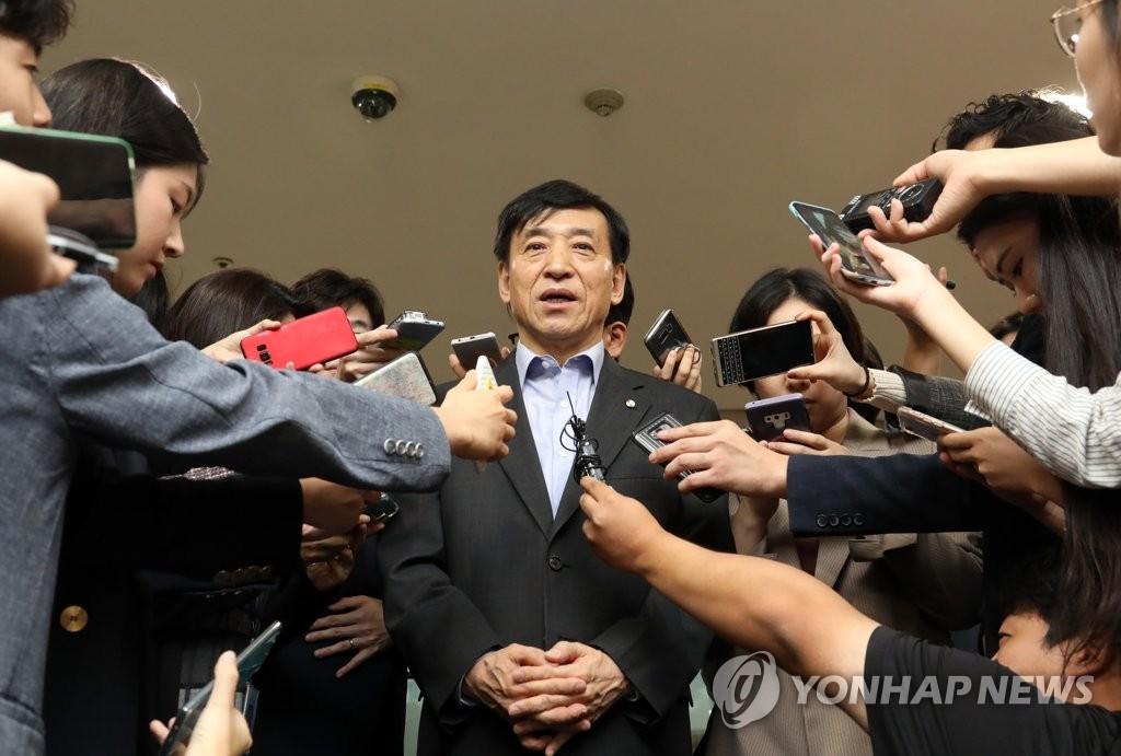 답변하는 이주열 총재
