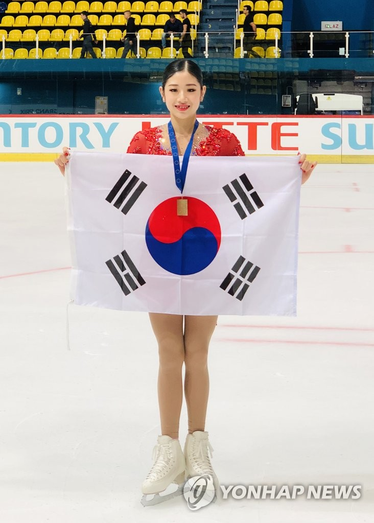 In this Sept. 28, 2019, file photo provided by All That Sports, South Korean figure skater Lee Hae-in poses with her gold medal and Taegeukgi, her national flag, at the International Skating Union (ISU) Junior Grand Prix event in Zagreb, Croatia. (PHOTO NOT FOR SALE) (Yonhap)