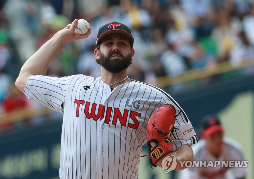 Casey Kelly of the LG Twins throws a pitch against the NC Dinos in the Korea Baseball Organization's wild-card game at Jamsil Stadium in Seoul on Oct. 3, 2019. (Yonhap)