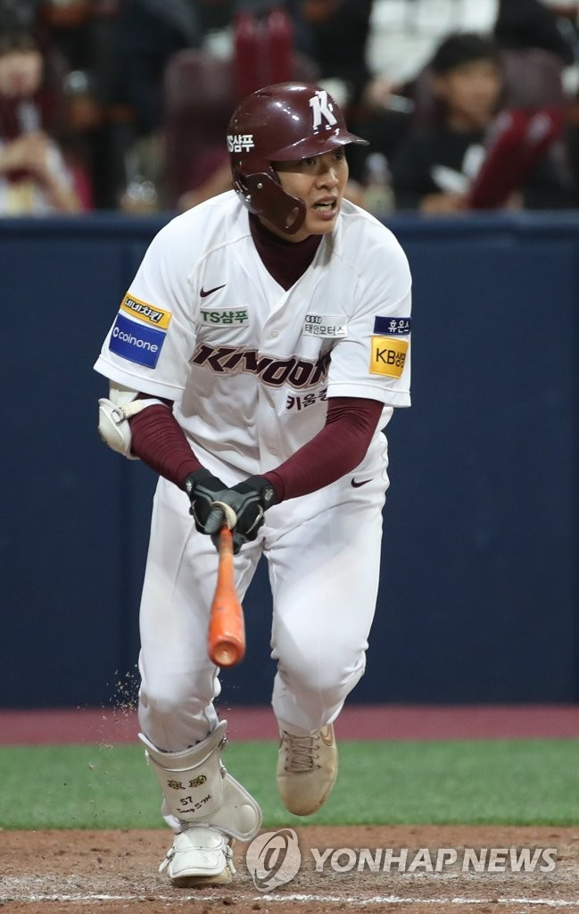 Song Sung-mun of the Kiwoom Heroes heads to first base after hitting a two-run single against the SK Wyverns in the bottom of the fifth inning of Game 3 of the second round Korea Baseball Organization playoff series at Gocheok Sky Dome in Seoul on Oct. 17, 2019. (Yonhap)
