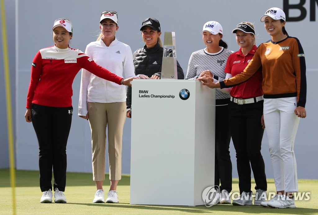 Players participating in the BMW Ladies Championship on the LPGA Tour pose for photos next to the champion's trophy at LPGA International Busan golf course in Busan, 450 kilometers southeast of Seoul, on Oct. 22, 2019. From left: Choi Hye-jin of South Korea, Paula Creamer of the United States, Danielle Kang of the United States, Ko Jin-young of South Korea, Brooke Henderson of Canada and Hur Mi-jung of South Korea. (Yonhap)