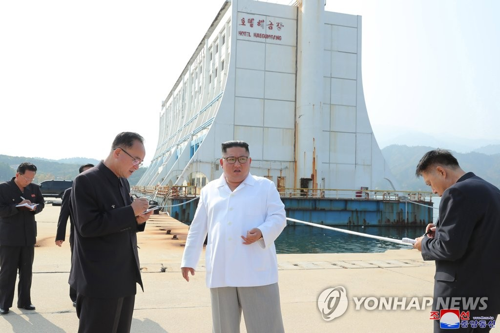 North Korean leader Kim Jong-un (C) inspects Mount Kumgang on the east coast, in this photo released by the state media Korean Central News Agency (KCNA) on Oct. 23, 2019. (For Use Only in the Republic of Korea. No Redistribution) (Yonhap)