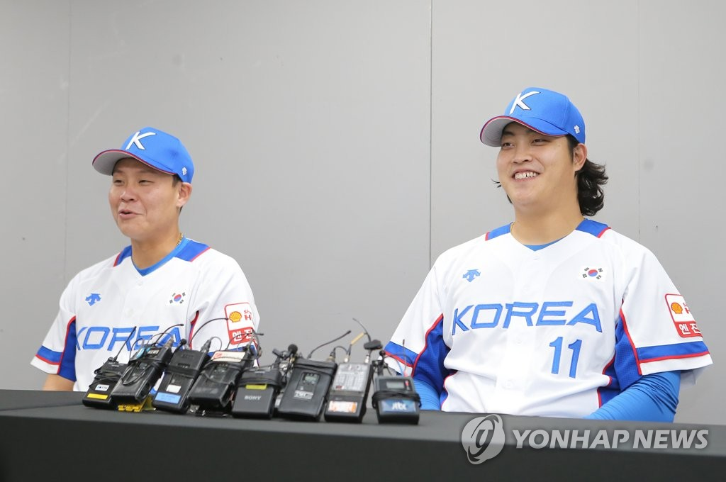 South Korean national baseball team catcher Park Sei-hyok (L) and relief pitcher Cho Sang-woo speak at a press conference before the team's practice game against Sangmu at Gocheok Sky Dome in Seoul on Oct. 29, 2019. (Yonhap)