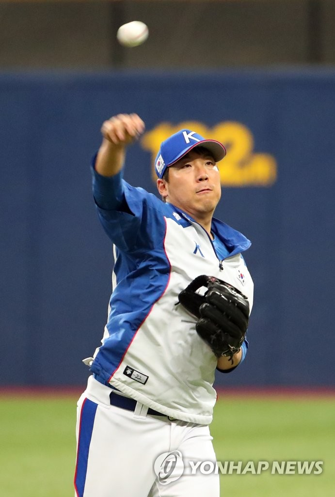 Kim Hyun-soo of South Korea makes a throw during the team's practice ahead of the Premier12 tournament at Gocheok Sky Dome in Seoul on Nov. 4, 2019. (Yonhap)