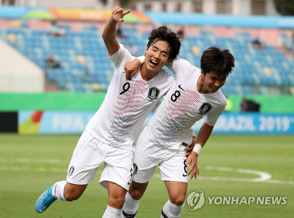 Choi Min-seo (L) of South Korea celebrates his goal against Angola in the round of 16 at the FIFA U-17 World Cup with his teammate Oh Jae-hyeok at Estadio Olimpico in Goiania, Brazil, on Nov. 5, 2019. (Yonhap)