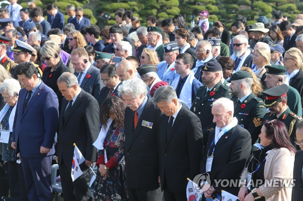 "Participants in the ""Turn Toward Busan"" ceremony observe a minute of silence at the U.N. Memorial Cemetery in South Korea's southern port city of Busan on Nov. 11, 2019, in honor of U.N. troops who were killed during the 1950-53 Korean War. (Yonhap)"