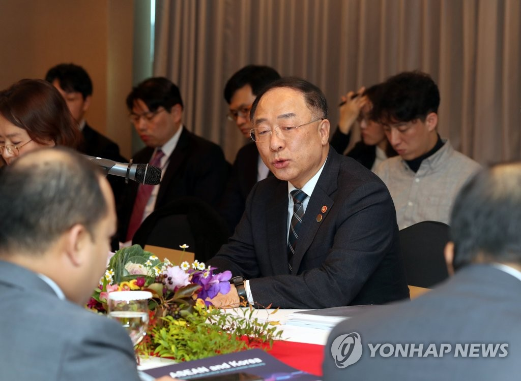 In this photo taken on Nov. 15, 2019, Finance Minister Hong Nam-ki delivers a speech at a meeting with ambassadors from ASEAN countries at Lotte Hotel Busan in the port city of Busan, 450 km south of Seoul. (Yonhap)