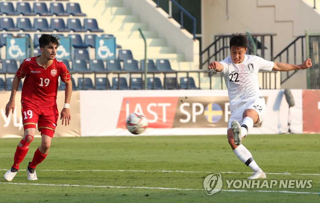 In this file photo from Nov. 15, 2019, Paik Seung-ho of South Korea (R) takes a shot against Bahrain in a friendly match at Rashid Stadium in Dubai. (Yonhap)