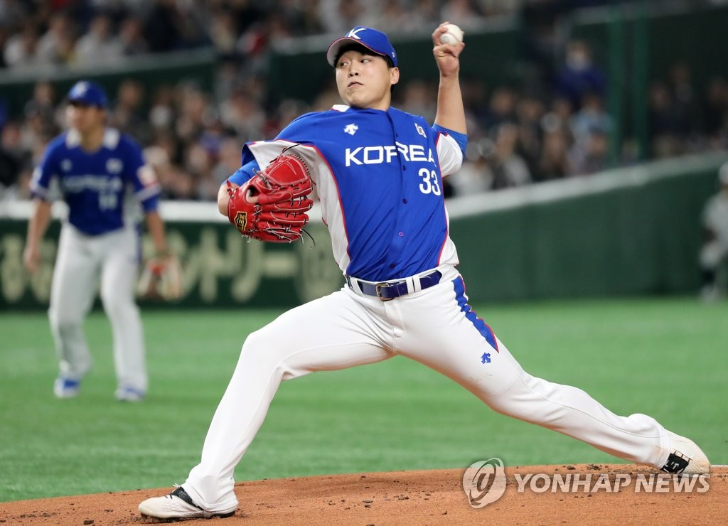 Lee Seung-ho of South Korea pitches against Japan in the teams' Super Round game at the World Baseball Softball Confederation (WBSC) Premier12 at Tokyo Dome in Tokyo on Nov. 16, 2019. (Yonhap)