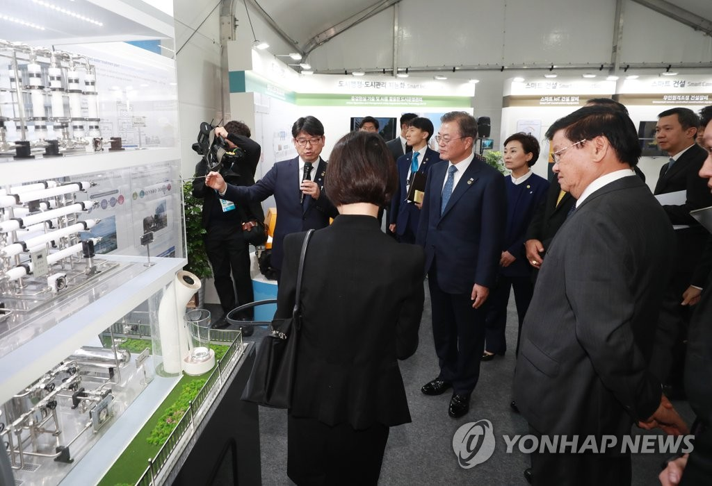 South Korean President Moon Jae-in is briefed on a project to construct Busan Eco Delta Smart City in the southeastern port city, along with several ASEAN leaders, on Nov. 24, 2019. (Yonhap)