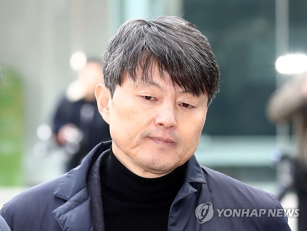 Yoo Jae-soo, former vice mayor of Busan, is seen on his way to attend a court hearing on the prosecution's arrest warrant request at the Seoul Eastern District Court in eastern Seoul on Nov. 27, 2019. (Yonhap)