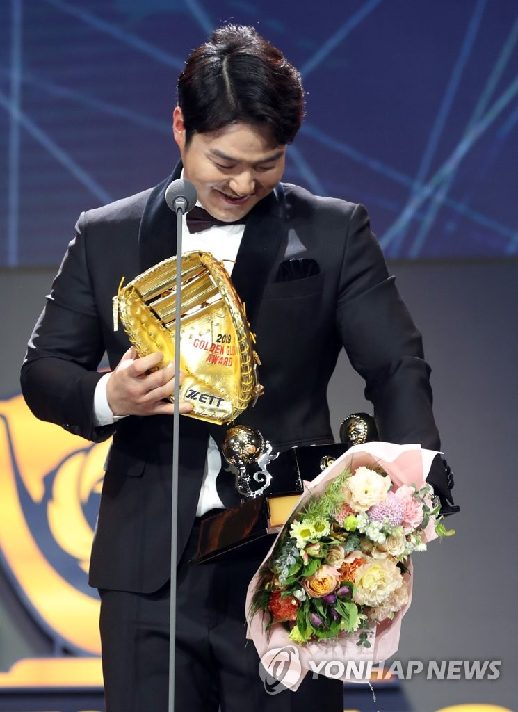 Park Byung-ho of the Kiwoom Heroes in the Korea Baseball Organization reacts to a broken trophy after receiving a Golden Glove Award for first base during the annual awards ceremony at COEX in Seoul on Dec. 9, 2019. (Yonhap)