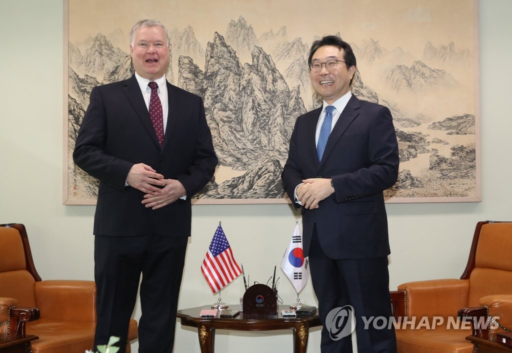 This photo, taken on Dec. 16, 2019, shows Lee Do-hoon (R), the foreign ministry's special representative for Korean Peninsula peace and security affairs, posing with Stephen Biegun, the U.S. special representative for North Korea and deputy secretary of state, before their talks at the ministry in Seoul. (Yonhap)