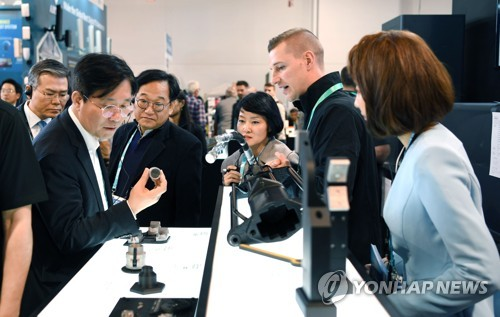 (CES 2020) S. Korean officials, biz leaders check latest tech, products at CES 2020