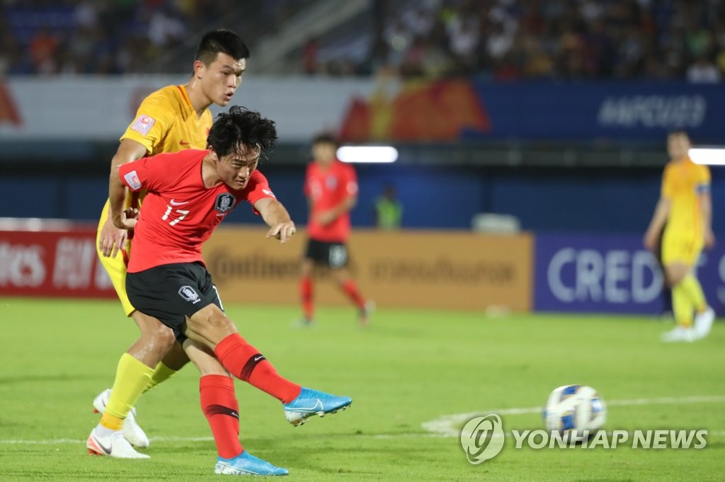 Um Won-sang of South Korea takes a shot against China during the teams' Group C match at the Asian Football Confederation U-23 Championship at Tinsulanon Stadium in Songkhla, Thailand, on Jan. 9, 2020. (Yonhap)