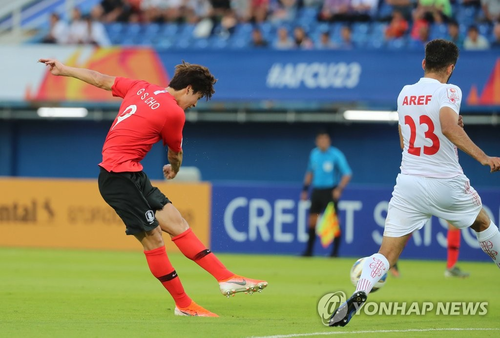 Cho Gue-sung of South Korea (L) takes a shot past Aref Aghasi of Iran during the teams' Group C match at the Asian Football Confederation U-23 Championship at Tinsulanon Stadium in Songkhla, Thailand, on Jan. 12, 2020. (Yonhap)