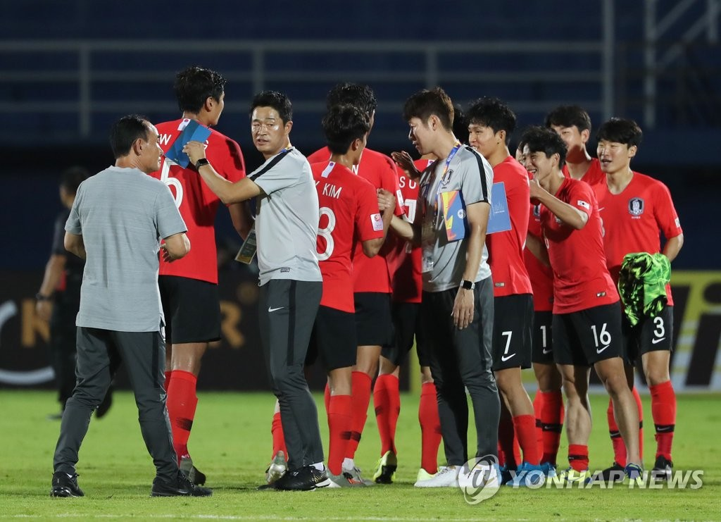South Korean players and coaches celebrate their 2-1 victory over Iran in the teams' Group C match at the Asian Football Confederation U-23 Championship at Tinsulanon Stadium in Songkhla, Thailand, on Jan. 12, 2020. (Yonhap)