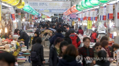 Crowded traditional market ahead of Lunar New Year's Day