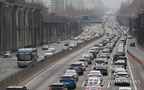 (LEAD) Traffic remains congested on highways as people hit road on New Year holiday