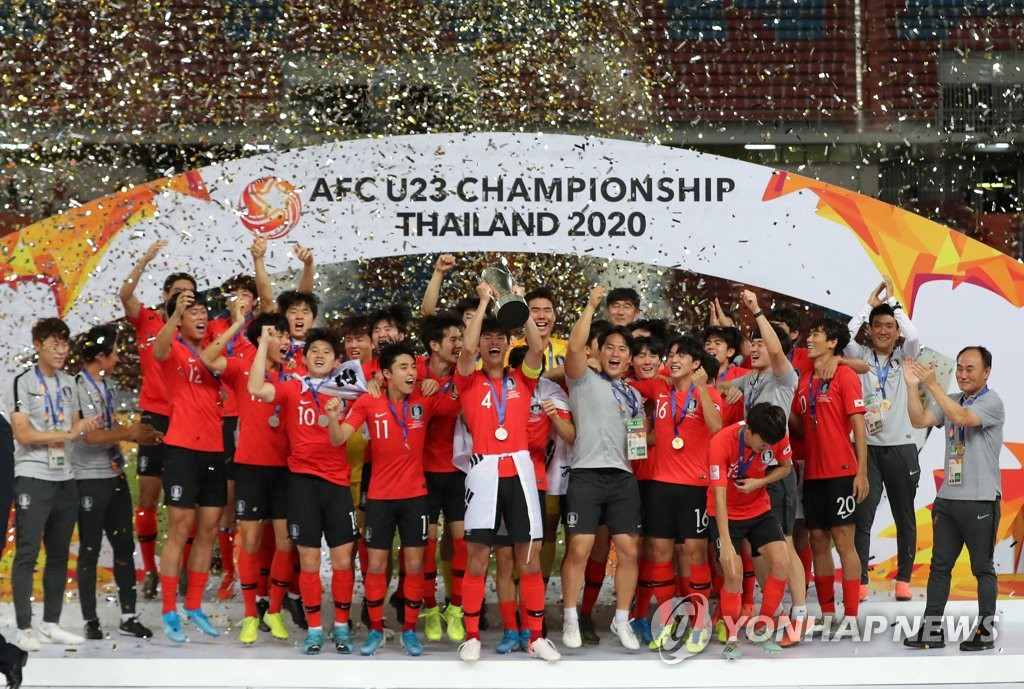 In this file photo from Jan. 26, 2020, South Korean players and coaches celebrate winning the Asian Football Confederation (AFC) U-23 Championship over Saudi Arabia at Rajamangala Stadium in Bangkok. (Yonhap)