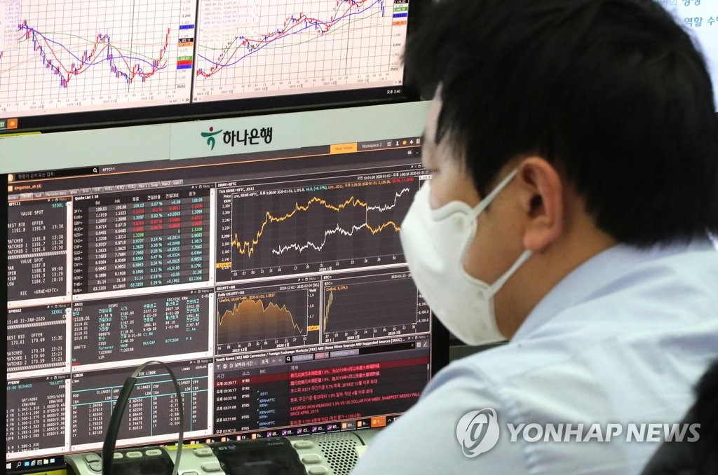 A worker wearing a mask looks at data at KEB Hana Bank in downtown Seoul on Jan. 31, 2020. The benchmark Korea Composite Stock Price Index (KOSPI) fell 28.99 points, or 1.35 percent, to close at 2,119.01 on the day as concerns over the new coronavirus outbreak deepened. (Yonhap)
