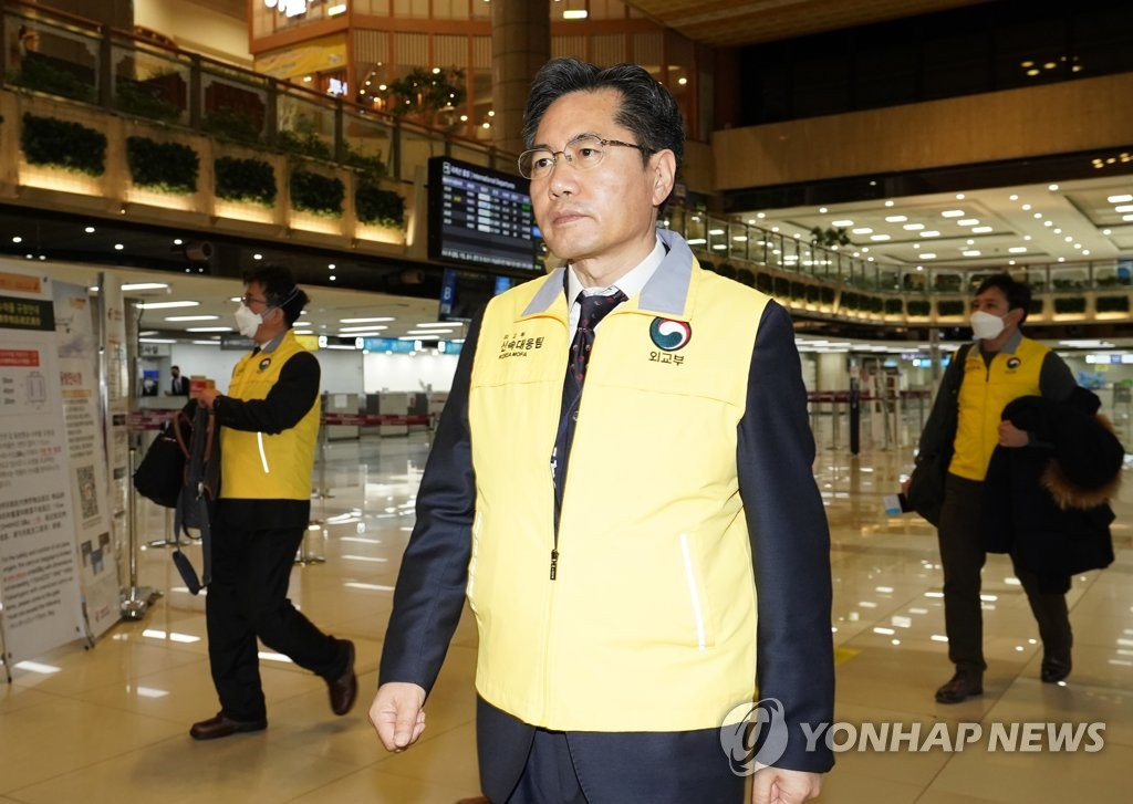 Lee Sang-jin, deputy foreign minister for overseas Koreans and consular affairs, heads to the departure gate at Gimpo International Airport to board an evacuation flight to Wuhan, China, on Jan. 31, 2020. (Yonhap)