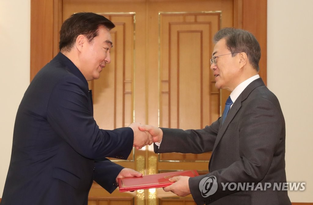 President Moon Jae-in (R) shakes hands with the newly appointed Chinese Ambassador to South Korea Xing Haiming, taking his credentials at Cheong Wa Dae on Feb. 7, 2020. (Yonhap)