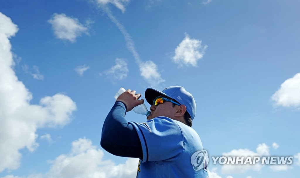 In this file photo from Feb. 19, 2020, Choi Ji-man of the Tampa Bay Rays drinks water during practice at Charlotte Sports Park in Port Charlotte, Florida. (Yonhap)