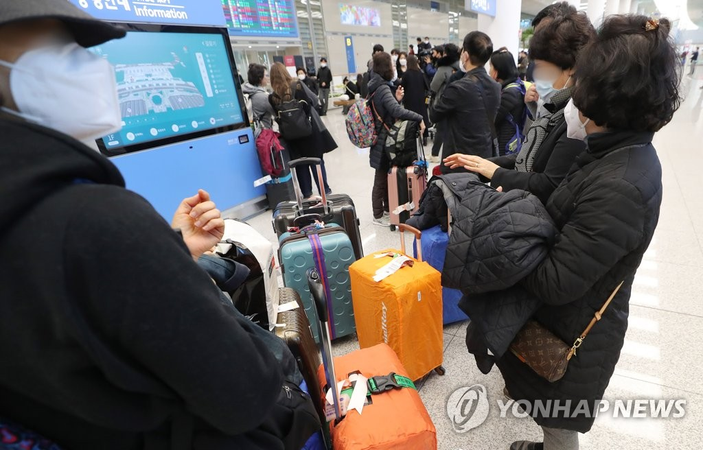 This file photo taken Feb. 23, 2020, shows South Korean tourists at Incheon International Airport returning from Israel. (Yonhap)