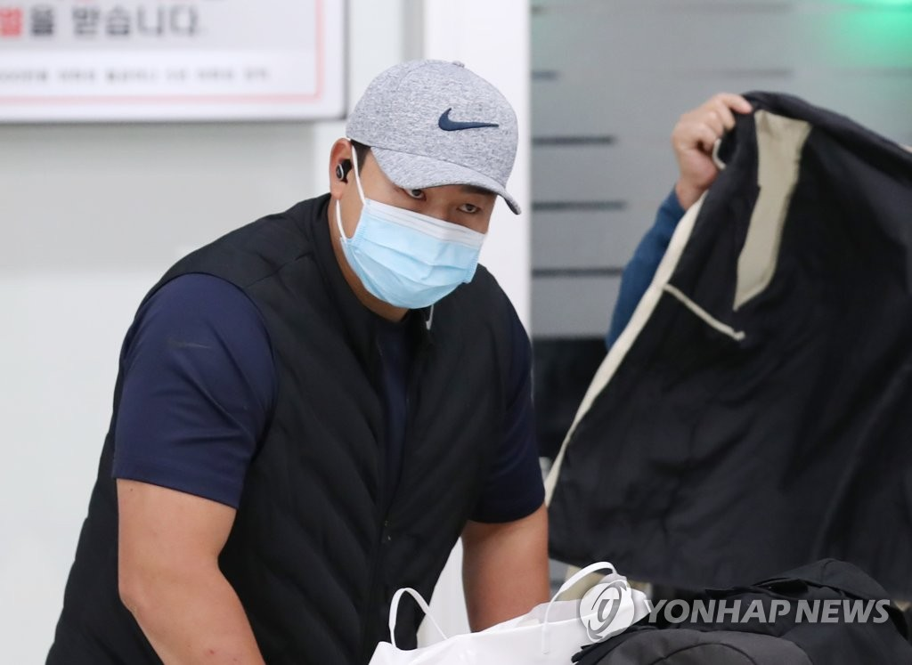 In this file photo from March 24, 2020, Choi Ji-man of the Tampa Bay Rays arrives at Incheon International Airport, west of Seoul, from the club's spring training home in Florida. (Yonhap)