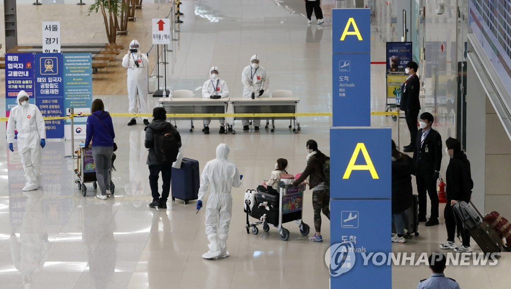 South Korean nationals come out of an arrival gate in Incheon International Airport, west of Seoul, on April 1, 2020. They were brought home aboard a government chartered flight from coronavirus-hit Italy. (Yonhap)