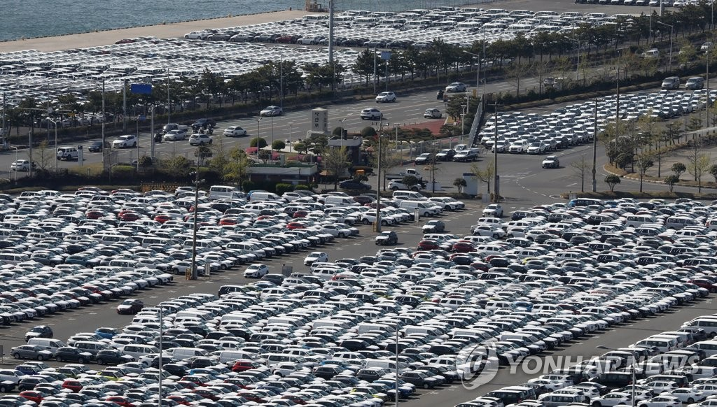 This photo taken on April 8, 2020, shows vehicles lined up at Hyundai Motor's port in Ulsan, about 410 kilometers southeast of Seoul. (Yonhap)