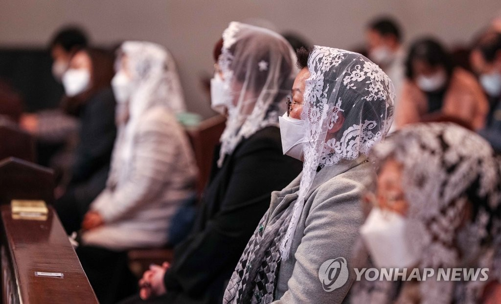 Followers attend Mass at a Catholic church in Seoul on April 23, 2020, after the Archdiocese of Seoul decided to resume gatherings after an almost two-month suspension due to the spread of the new coronavirus. (Yonhap)