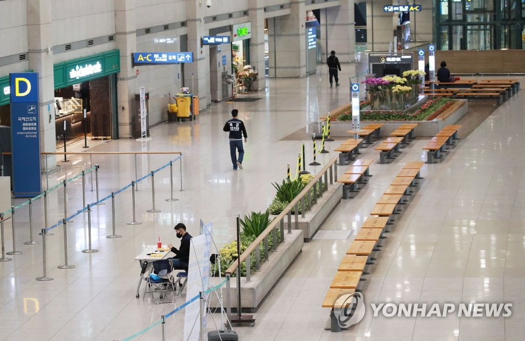 The arrival hall of Incheon International Airport, west of Seoul, is nearly empty on April 23, 2020, amid the new coronavirus pandemic. (Yonhap)