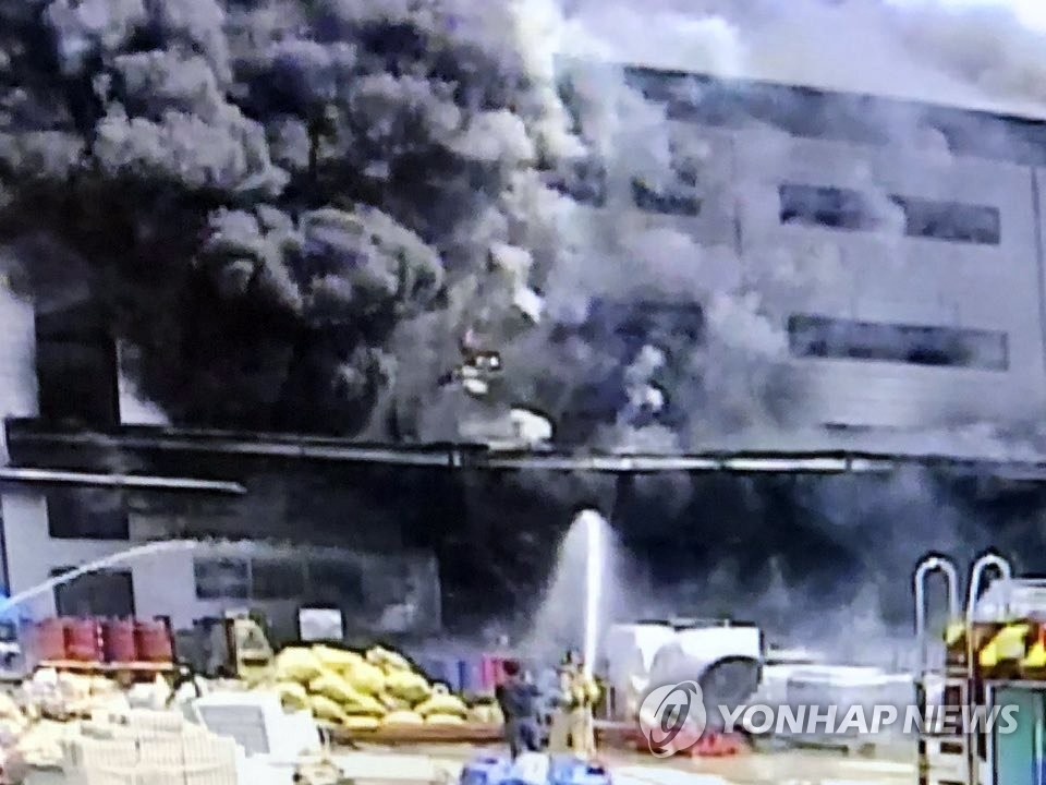 Smoke billows from a warehouse construction site in the city of Icheon, southeast of Seoul, on April 29, 2020, where a fire broke out at around 1:32 p.m. the same day. (Yonhap)