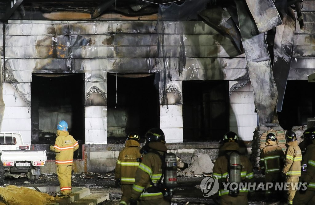 Firefighters carry out a search and rescue operation at the site of a fire that broke out at a warehouse construction site in Icheon, Gyeonggi Province, on April 29, 2020. (Yonhap)