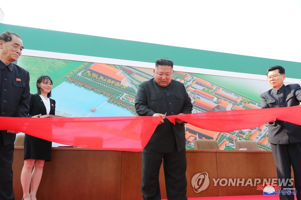 North Korean leader Kim Jong-un (C) cut a ribbon for the completion of a fertilizer factory in this photo released by KCNA on May 2, 2020. (For Use Only in the Republic of Korea. No Redistribution) (Yonhap)